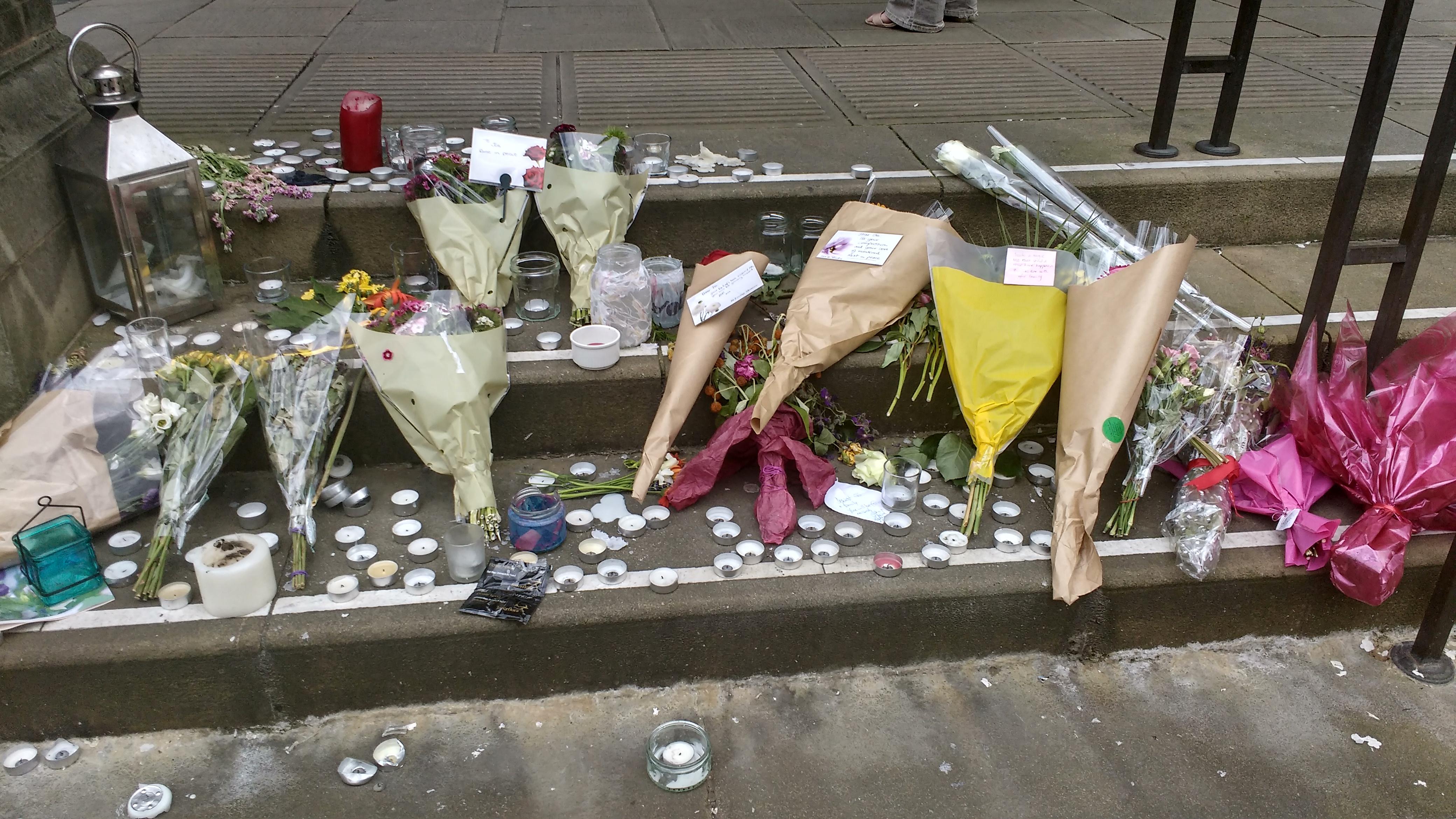 Flores en la puerta del Ayuntamiento de Sheffield en homenaje a la diputada laborista asesinada Jo Cox.