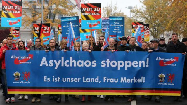 Manifestación del AfD contra las personas refugiadas en la ciudad de Rostock (2015).