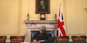 Theresa May firma la petición del artículo 50 TUE para que Reino Unido salga de la Unión Europea.