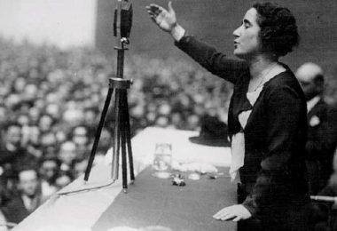 Clara Campoamor durante un discurso