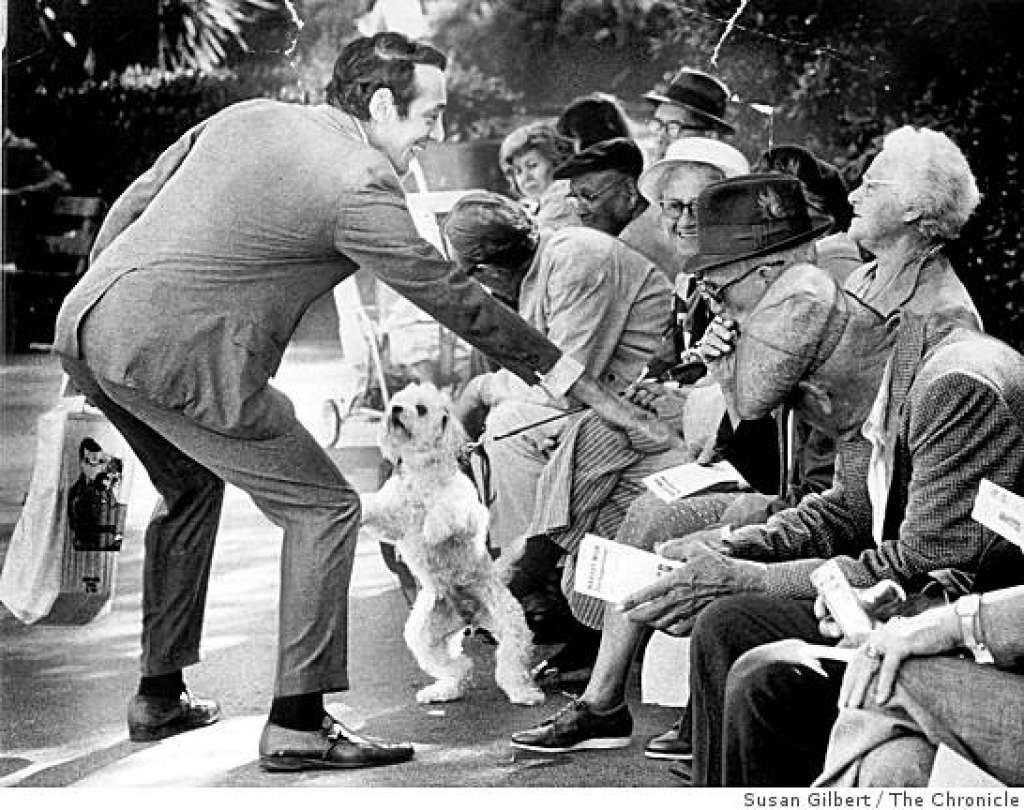Harvey Milk saludando a un grupo de ancianos durante la campaña en 1975.