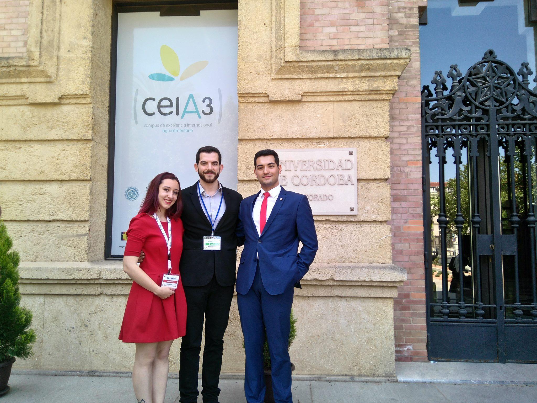 Nuestro compañero Manu Rodríguez con Sarah Salas y José Ruz, entonces vicepresidenta y presidente de la Asociación de Debate Dilema.