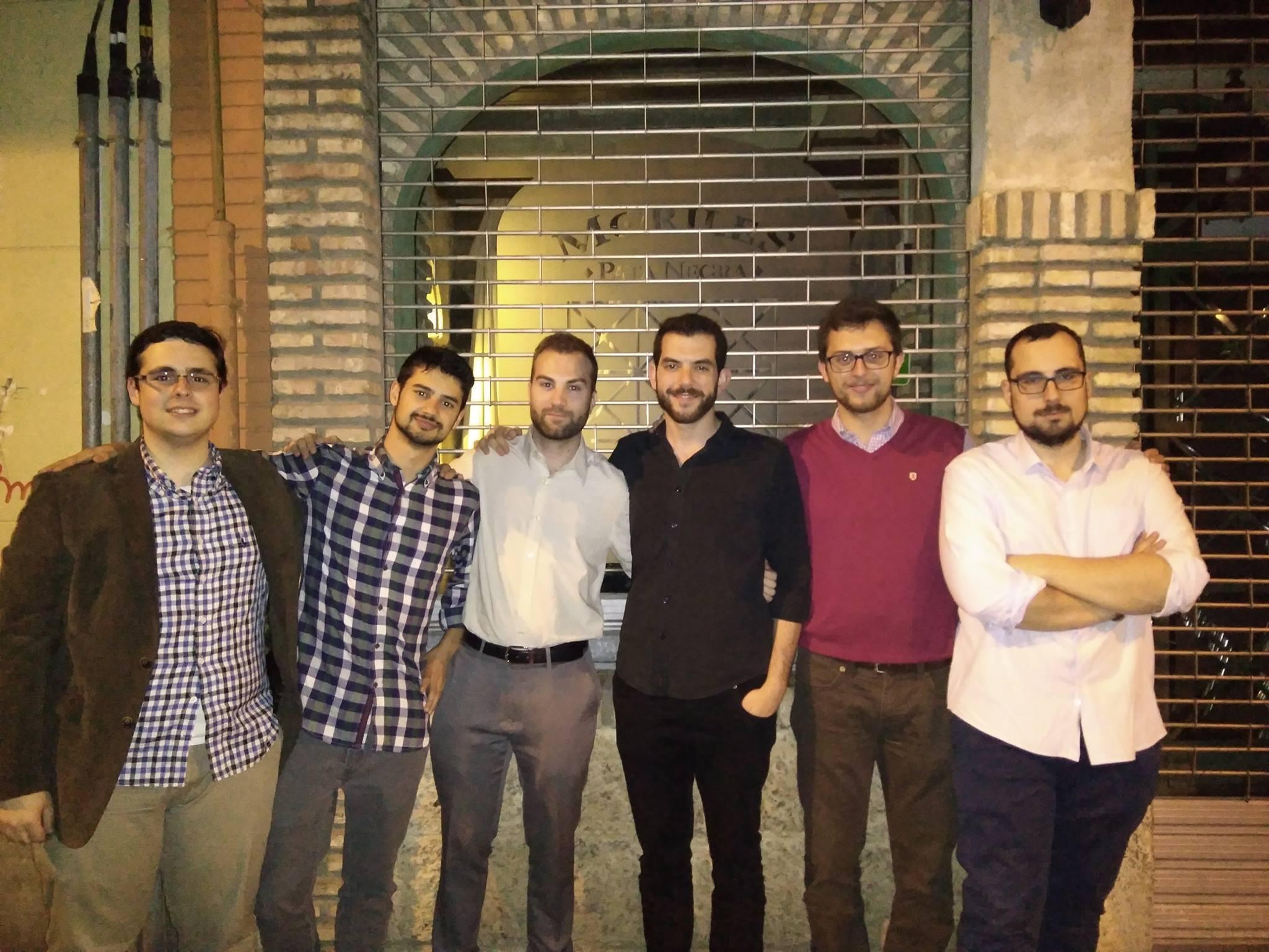 En esta foto, con los redactores de Cámara Cívica provenientes de la Asociación de Debate Dilema: de izquierda a derecha son Fernando León, Alejandro Ruiz, Pedro González, Manu Rodríguez, Manuel Benitez y Paco León.