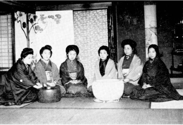 Reunión de Seitô en sus primeros años con Hiratsuka en el extremo derecho