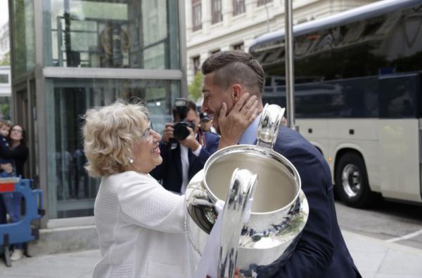 Manuel Carmena recibe al R. Madrid tras proclamarse por decimotercera vez campeones de Europa.