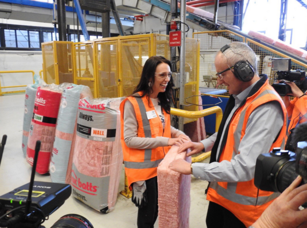Jacinda Ardern, PM de Nueva Zelanda visita una fábrica de Pink Batts.