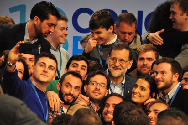 Rajoy se fotografía con jóvenes de NNGG en el congreso de febrero 2017.