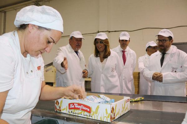 Susana Díaz visita la fábrica de mantecados Hermanos De La Cruz.