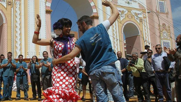 Teresa Rodríguez baila sevillanas con un operario en la Feria de abril.
