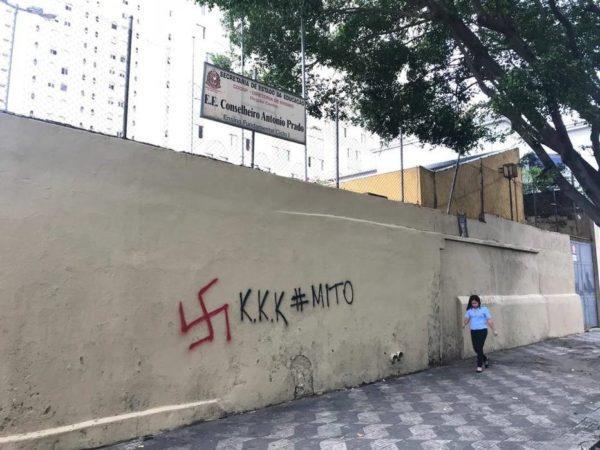 Pintadas a favor del KKK en un colegio de la zona oeste de Sao Paulo, Brasil.