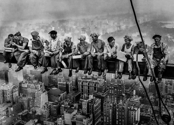 Obreros almorazando en un rascacielos, una de las fotos más icónicas del siglo XX