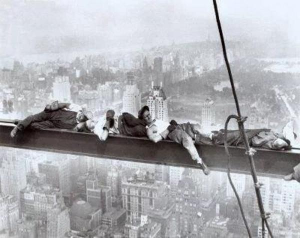 nao atop a skyscraper, la foto alternativa que Rockefeller no quiere que veas