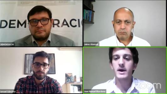 Cuatro asesores políticos debatiendo sobre el poder legislativo por Youtube.