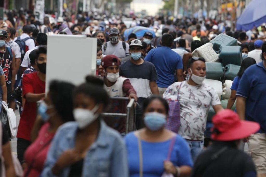 Muchedumbre de personas con mascarilla en Lima, Perú