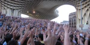 Manos de indignados en la asamblea del 15M en Sevilla