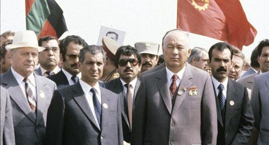 El presidente comunista afgano Karmal (a la izquierda) junto a altos cargos soviéticos en 1982