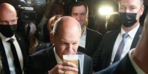 Scholz se bebe una cerveza durante la celebración de la noche electoral